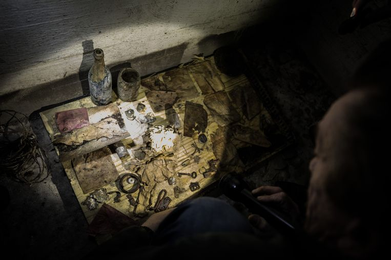 In de bunker werd een aantal door de Duitse militairen achtergelaten gebruiksvoorwerpen ontdekt. Beeld MARTIJN BEEKMAN /GEMEENTE DEN HAAG