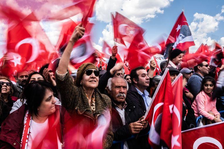 Aanhangers van de belangrijkste oppositie Republikeinse Volkspartij (CHP) verzamelen zich zondag om het winnen van het burgemeesterschap van de stad Istanbul te vieren. Beeld Joris van Gennep