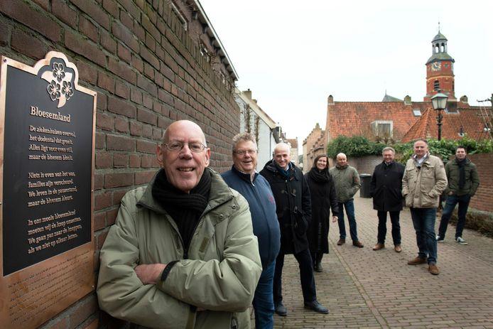 Fred Eggink (helemaal links) met zijn plaquette van het allereerste gedicht.