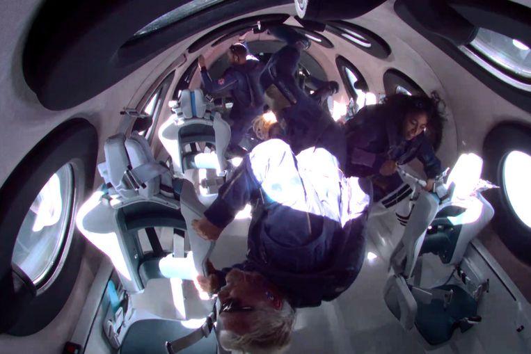 Richard Branson und die anderen fünf Besatzungsmitglieder sind schwerelos im All.  Foto Nachrichten Foto