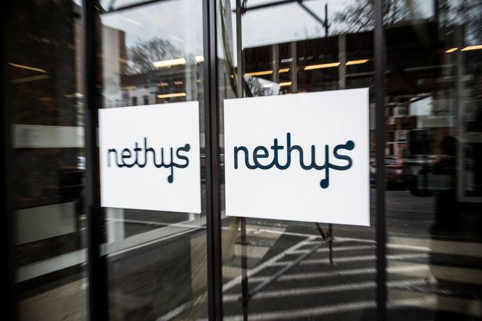 Illustration du logo Nethys devant le siège social rue louvrex à Liège.