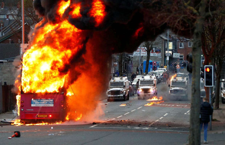 Op Shankill Road in Belfast wisten protestantse jongeren een bus te kapen en in brand te steken.
