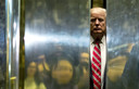 Donald Trump stapt in een lift in januari 2017. Vier jaar later zit zijn presidentschap er op