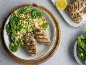 Wat Eten We Vandaag: Köfte met bulgur-spinaziesalade
