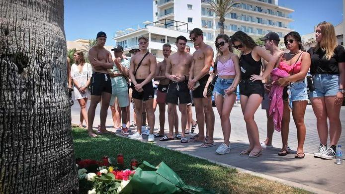 Jongeren leggen bloemen voor de overleden Carlo op de plek waar hij werd aangevallen.