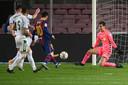 Lionel Messi scoort na een assist van Frenkie de Jong.