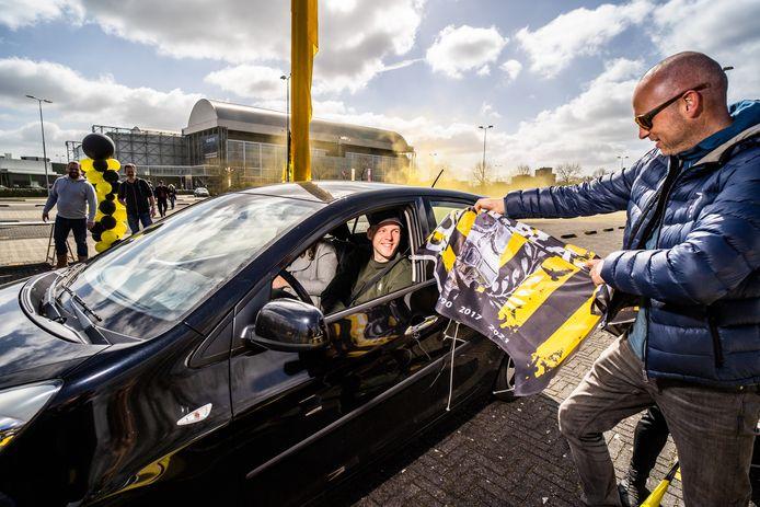 Robin van Otegem krijgt op het parkeerterrein van GelreDome uit handen van Laurens Jansen van Vak 112 zijn bekerfinalevlag.