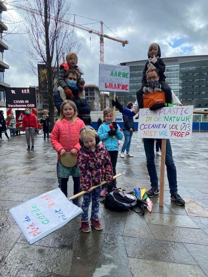 Een tiental kinderen is ook aanwezig bij het Klimaatalarm.