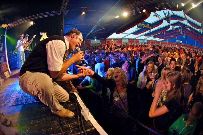 Feest vieren in de tent op Kalfstermansweide tijdens de Keunefeesten in Holten kan weer als vanouds.
