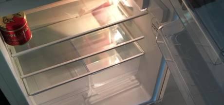 Oude man met lege koelkast brengt schok teweeg