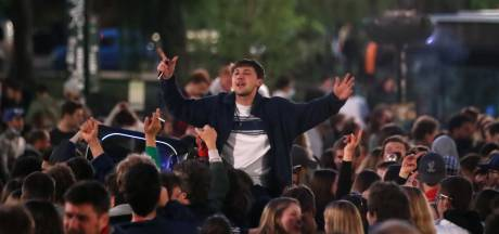 """1.500 fêtards célèbrent la fin du couvre-feu sur la place Flagey: """"Rentrez chez vous"""""""
