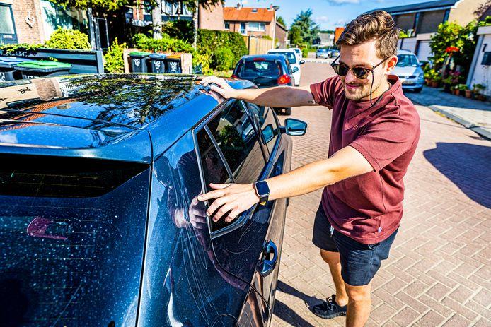 Buurtbewoner Ricardo bij zijn bekraste auto in Rhoon.