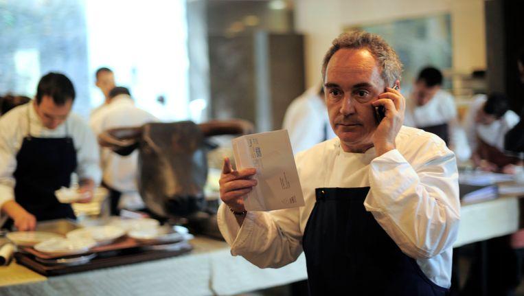 Ferran Adria aan het bellen in zijn keuken. Beeld AP