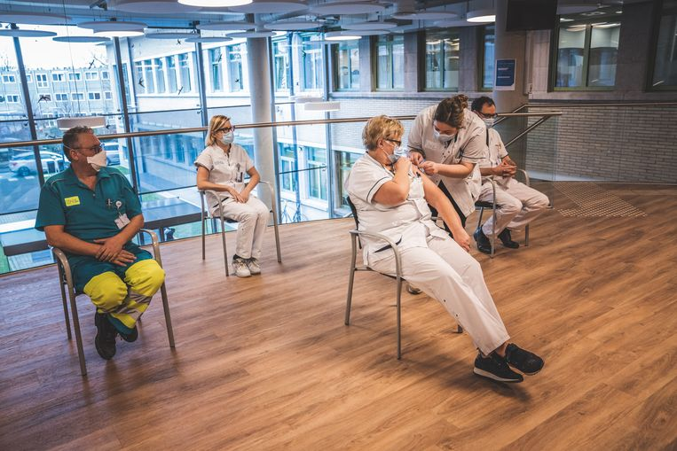 Bij de vaccinatie van het personeel van het UZ Gent waren er geen problemen. Beeld Wannes Nimmegeers