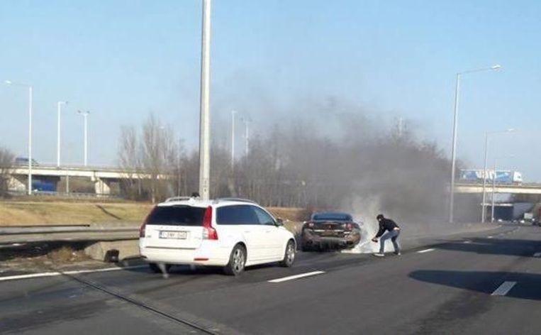 De Ferrari stond in lichterlaaie en brandde volledig uit, ondanks verwoede pogingen van de bestuurder om zijn peperdure wagen nog te blussen.