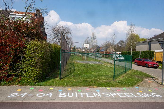 Hinkelpaden en andere schilderingen fleuren de omgeving van de speelterreinen op.