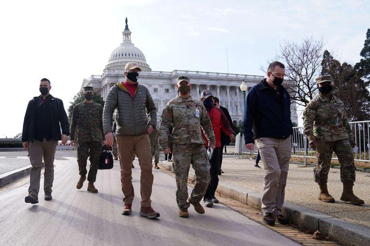 Waarnemend Defensieminister Christopher Miller (derde van links) loopt samen met soldaten van de National Guard door Washington. Beeld AFP