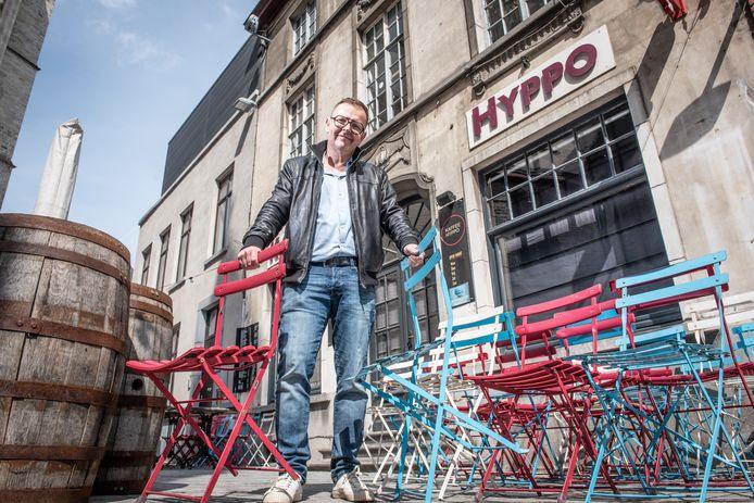 """Wim Merchiers bouwt een gratis feestje. """"Omdat we weer mogen en het 'vandoen' is"""", zegt de cafébaas."""