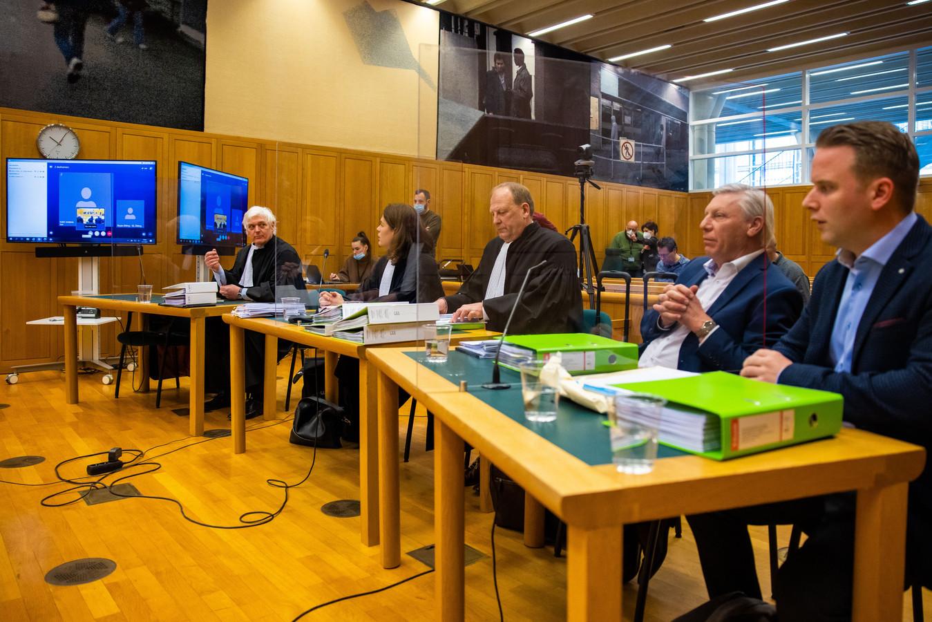 Van rechts naar links: de rvc-leden Rob Kleijzen en Peter Poirters van FC Den Bosch, de advocaten Henk Knotter en Kim van de Wiel van FC Den Bosch en advocaat Dolf Segaar namens Kakhi Jordania. Daarnaast de beeldschermen waarop even later de video-verbinding met Jordania zelf gemaakt wordt.