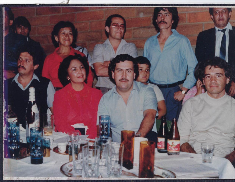 Escobar naast zijn vrouw Eugenia. Rechts Carlos Lehder, berucht lid van het Medellín-kartel.   Beeld rv