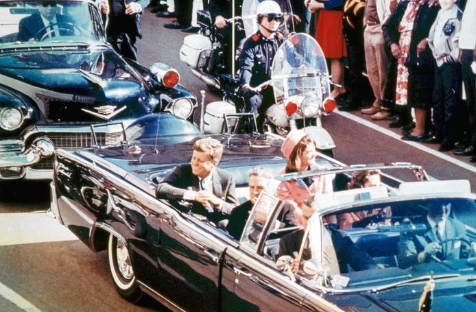 John F. Kennedy en zijn vrouw Jackie. Enkele minuten voor de aanslag in Dallas in 1963.