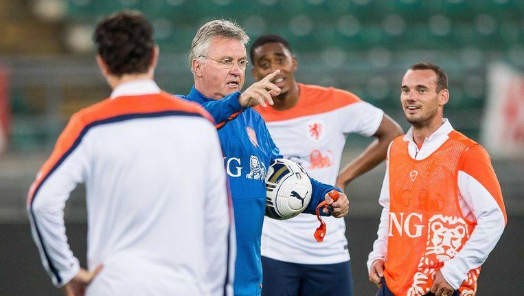 Bondscoach Guus Hiddink en Wesley Sneijder tijdens de training van het Nederlands elftal in Bari. Beeld anp