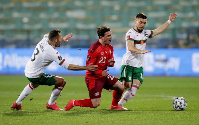 Bulgarije - Zwitserland: Petar Zanev en Kristiyan Malinov hebben hun handen vol aan Xherdan Shaqiri (midden).