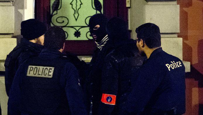 Buurtonderzoek in de omgeving van de Rue de Colline in het Belgische Verviers waar bij een anti-terreuroperatie twee verdachte jihadisten om het leven zijn gekomen