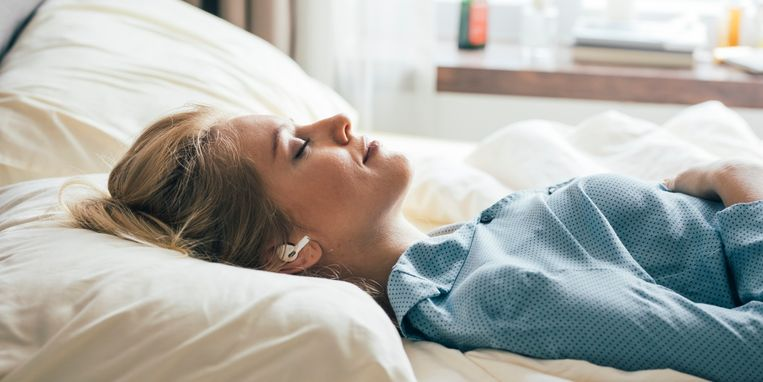 asmr-hoe-deze-rustgevende-videotrend-je-kan-helpen-slapen.jpg