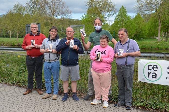 De bewoners van Schoonerhage krijgen met de steun van de Cera Foundation nieuwe smartphone waarmee ze via beeldbellen contact leggen met hun familie.