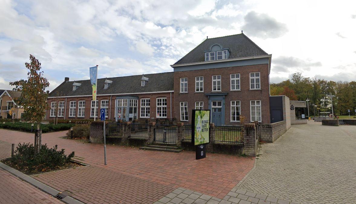 Het oude kloostergebouw naast de Wetering in Loon op Zand.