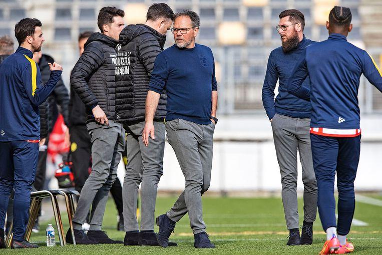 Coach Henk de Jong (midden). Beeld Guus Dubbelman / de Volkskrant