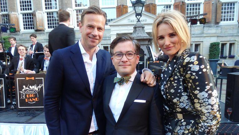 Organisator François-Léon van der Velden (m): 'Wie zijn leven vult met champagne, heeft een bruisend bestaan.' Met Sven Sauvé (ceo RTL) en host Lieke van Lexmond. Beeld Schuim