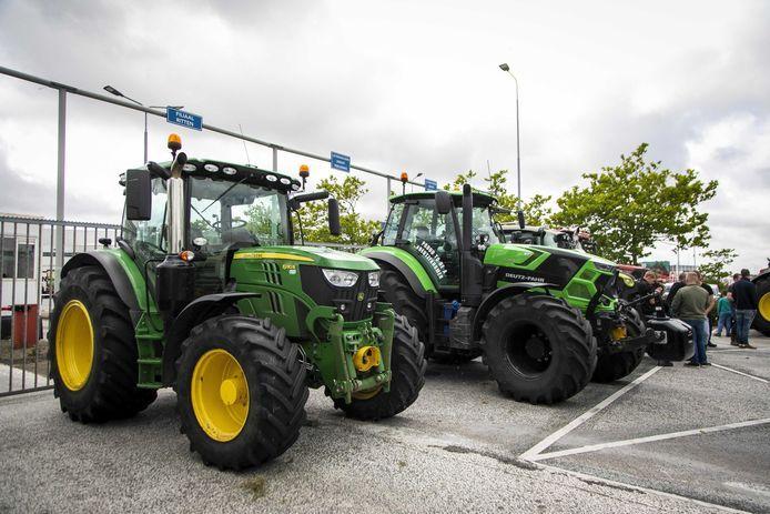 Een groep Noord-Hollandse boeren blokkeerde eerder op zondag met 30 tot 35 landbouwvoertuigen de toegangspoort van het distributiecentrum van Albert Heijn.