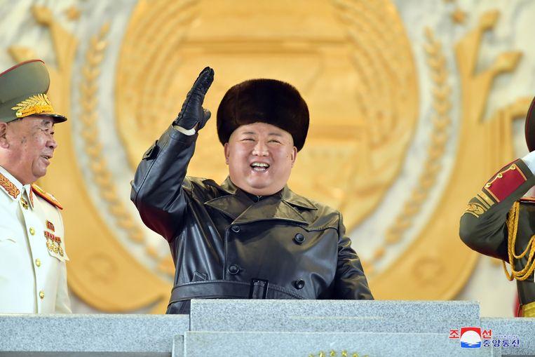 De Noord-Koreaanse leider Kim Jong-un juicht tijdens de militaire parade, op beeld vrijgegeven door de Noord-Koreaanse staatsmedia.  Beeld EPA