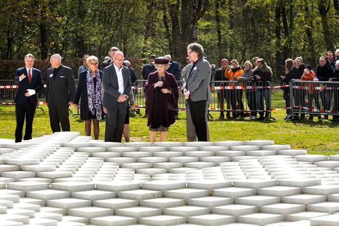 Prinses Beatrix bij Bruns in Bergeijk bij een van de geredde kunstwerken uit de Wederopbouw.