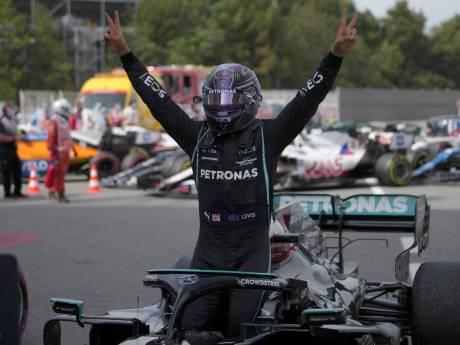 Hamilton wint bloedstollend bandengevecht van Verstappen in Barcelona