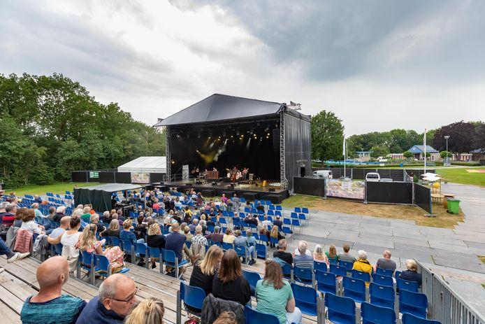 Op de groene ligweide van zwembad Tolhekke is een buitentheater verrezen met maar liefst 800 zitplaatsen. Een tijdelijk evenemententerrein waar allerlei artiesten de komende maanden optreden.