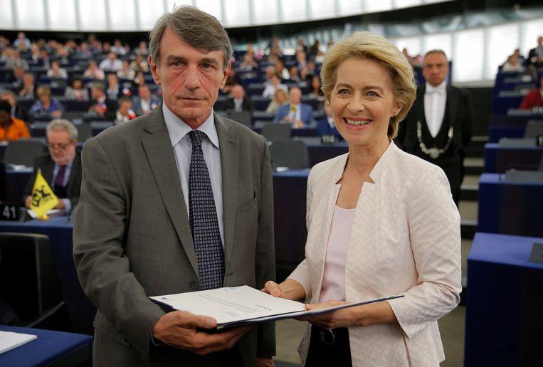David-Maria Sassoli, voorzitter van het Europees Parlement, feliciteert Ursula von der Leyen na de stemronde.  Beeld REUTERS