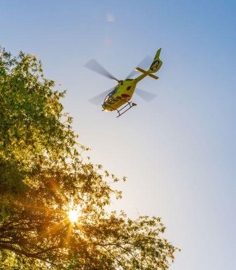 Man op snorscooter zwaargewond na botsing tegen lantaarnpaal in Raamsdonksveer