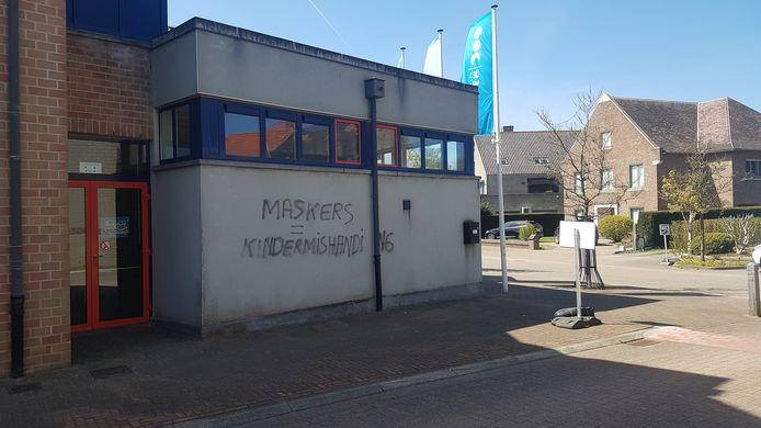 De vandaal schreef 'kindermishanding' in plaats van 'kindermishandeling' op de gevel van basisschool De Bever.