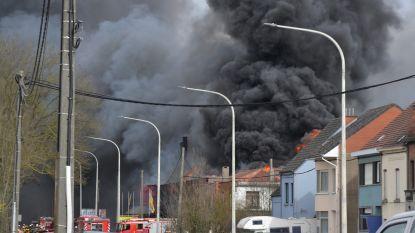 Zware uitslaande brand in meubelzaak Lessen: zwarte rookpluim zichtbaar tot in Geraardsbergen