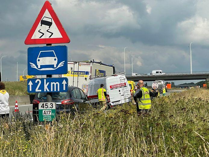 Een bestelwagen van Stadsbader knalde op een Nederlandse vrachtwagen in de file op de E403.