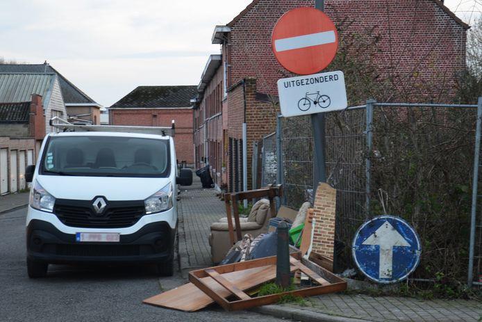 Op de hoek van de Keldermeersbaan en de Pamelstraat in Ninove ligt er een hoop sluikstort.