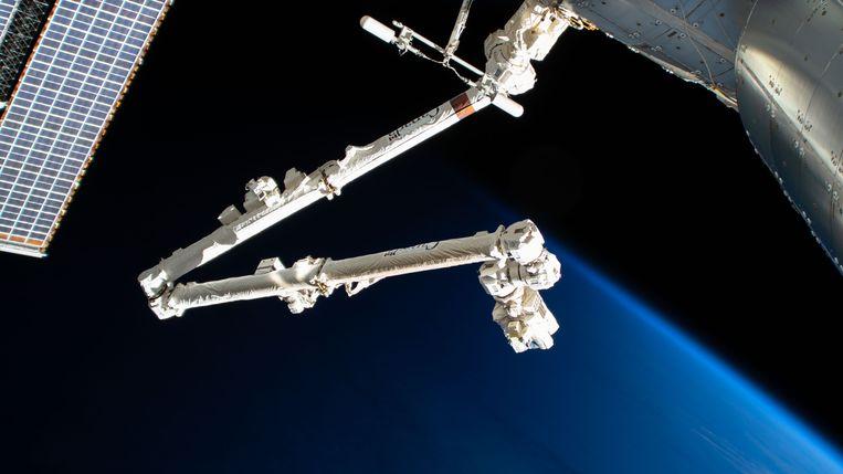 Een robotarm van het ISS werd getroffen door ruimteafval. Beeld NASA