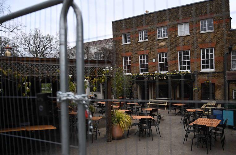 Een gesloten pub in het Londense Hampstead. Op 12 april mogen de kroegen weer open, onder nieuwe voorwaarden. Beeld EPA