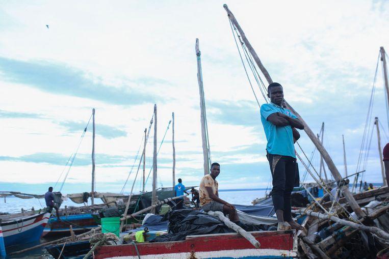 Vissers wachten met hun boten bij de havenstad Pemba op de zeilboten die mensen die uit het naburige Palma evacueren.  Beeld AFP