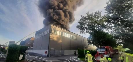 Grote brand bij kunststofbedrijf Wefapress vlak over grens bij Haaksbergen