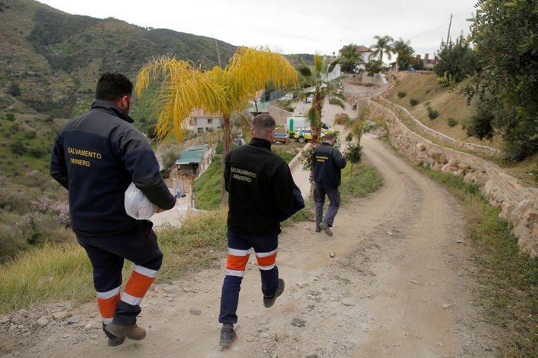 Reddingswerkers proberen al dagen de peuter Julen uit de schacht te bevrijden.  Beeld REUTERS