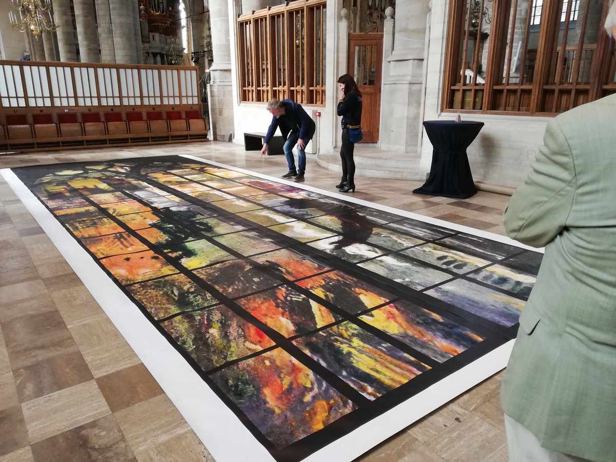Het ontwerp van 'Vrede en Verzoening' in de Laurenskerk. Inmiddels zit het kunstwerk in de gevel, maar de officiële onthulling laat nog enkele maanden op zich wachten.